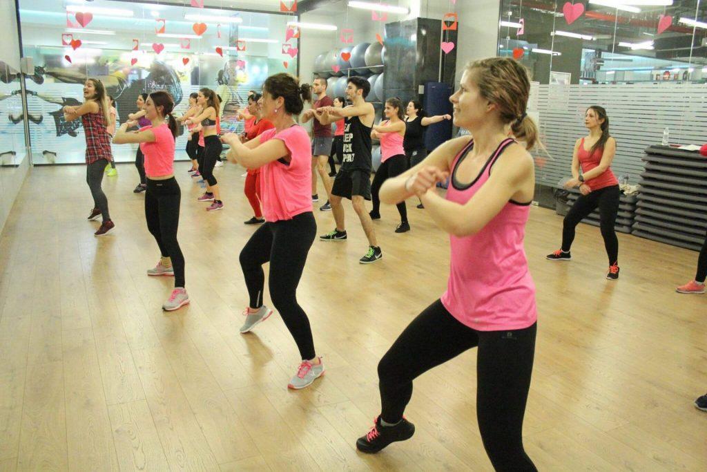 Жени танцуват зумба