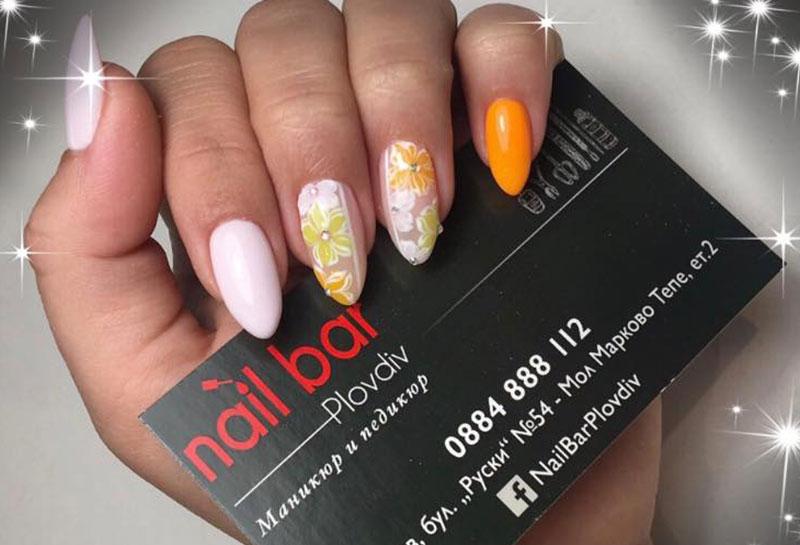 Флорален маникюр в оранжев цвят от Nail Bar Plovdiv